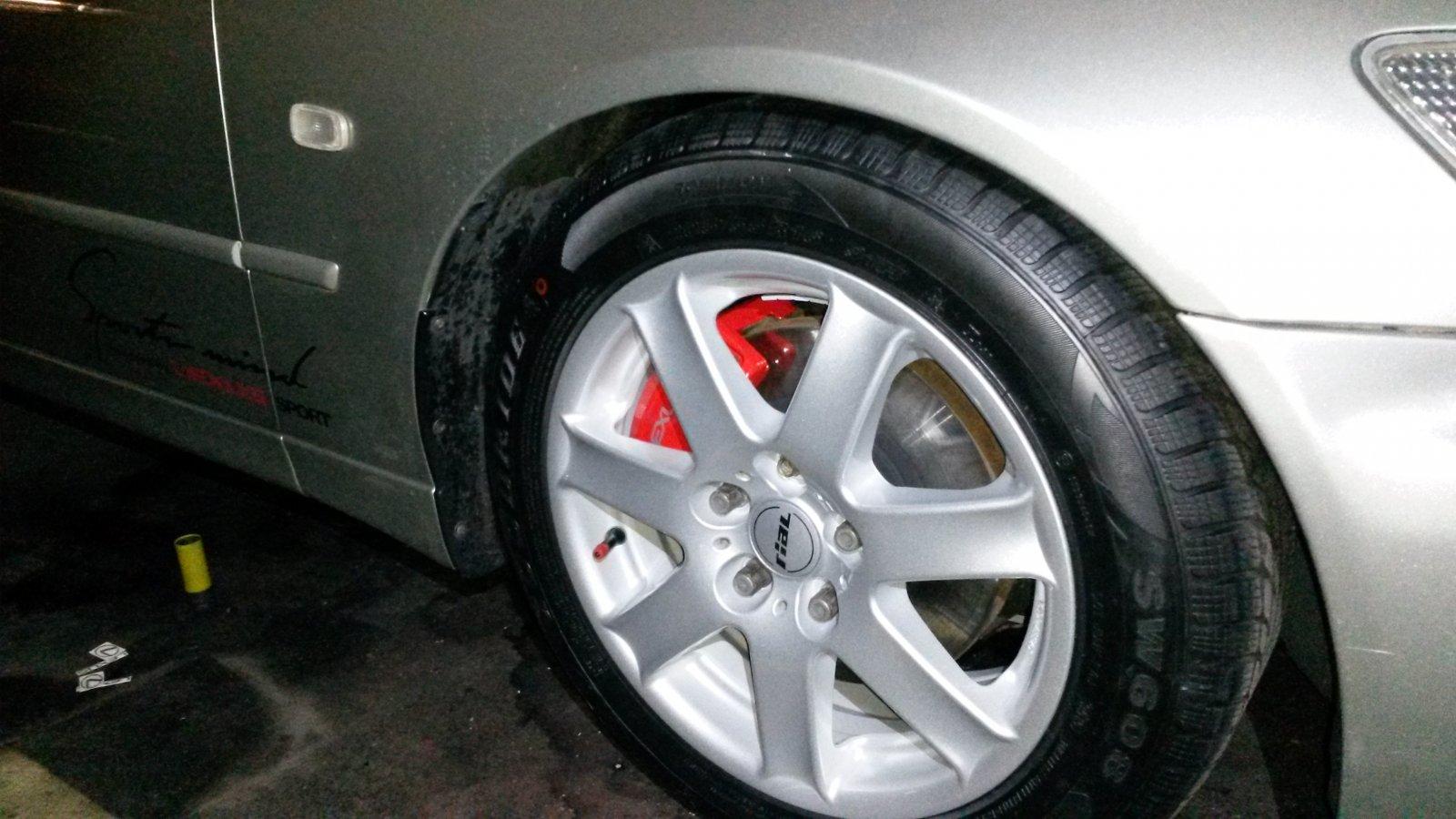 Bremssattel neu lackiert, Winterschlappen drauf und endlich nicht rostende Schrauben am Radhaus